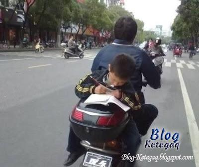 Belajar sambil membonceng motor ayah