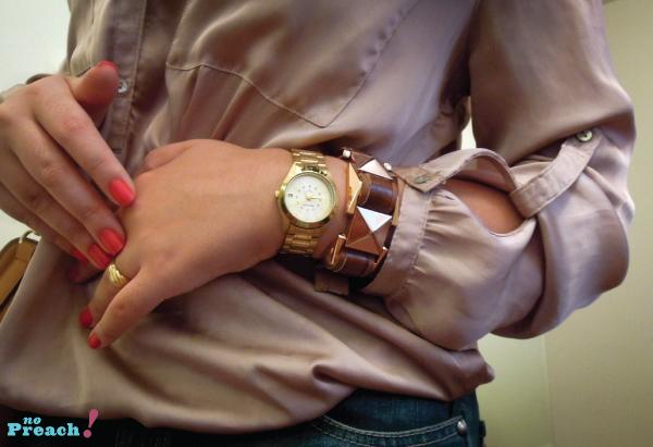 Look blusa cetim bracelete de couro
