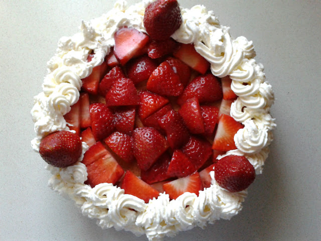 Terminamos decorando la tarta con más nata montada