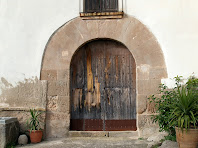 Detall de la porta d'entrada adovellada de Ca l'Ajut
