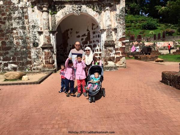 Bergambar depan kota sejarah A Famosa Melaka