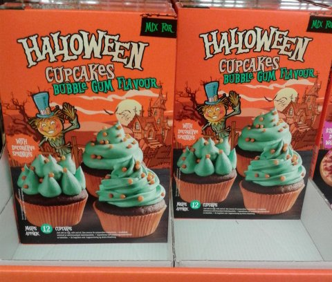 lidl halloween cupcakes bubble gum flavour this was the one my kids were most excited about so i had to buy a set its a mix for chocolate flavour