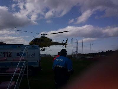 El helicóptero de los servicios de emergencia aterriza en el campo de  fútbol de Palomares