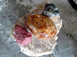 Bongkahan Bahan Batu Akik Kayu Fosil