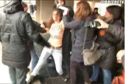 Attiviste a Seno nudo Contestano Silvio Berlusconi al Seggio Elettorale. (VIDEO)