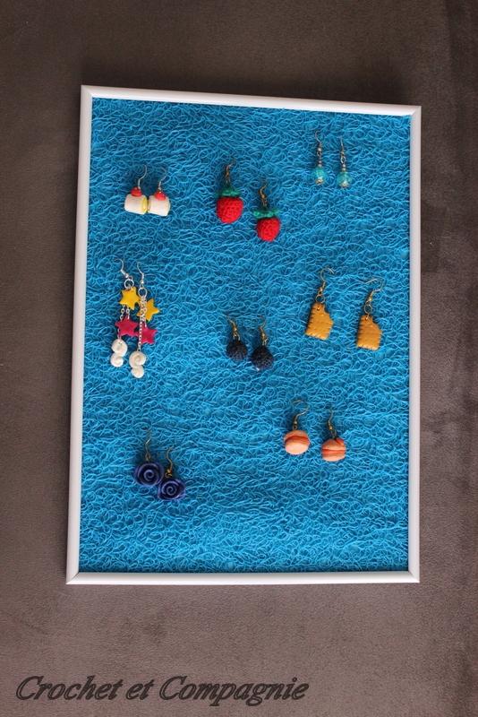 Crochet et compagnie cadre pr sentoir pour des bijoux for Crochet adhesif pour cadre