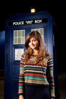 Clara Oswald con la cabina de Doctor Who - Jenna Coleman