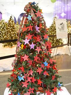 Árbol de navidad decorado con estrellas