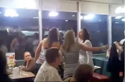 Briga feia de mulheres: Barraqueiras vs Lutadora de MMA