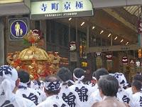しんがりは西御座、6:00ごろ寺町京極に入り錦市場に向かった。