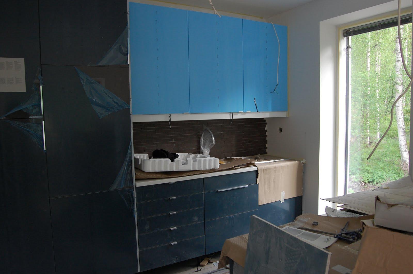 Projekteista isoin Sähkörasioita ja keittiön välitilan