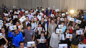 Entrega Américo Zúñiga 300 tablets a niños y jóvenes