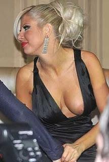 Андреа не пропуска възможността да покаже я лявата, я дясната или и двете си гърди.