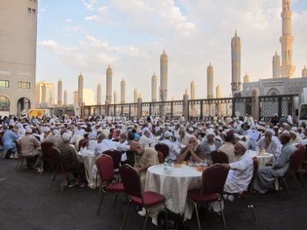 Gambar Buka Puasa Ramadhan Masjid Nabawi Madinah di Meja Terbaru