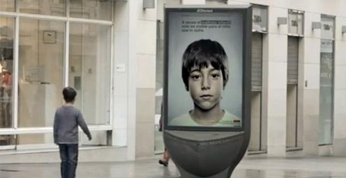 Niño mirando panel publicitario