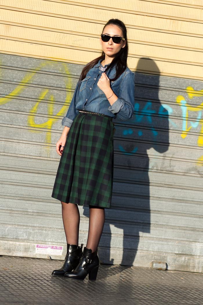 Look falda de cuadros estampado tartan en verde y azul y blusa denim con botines de hebillas de Zara