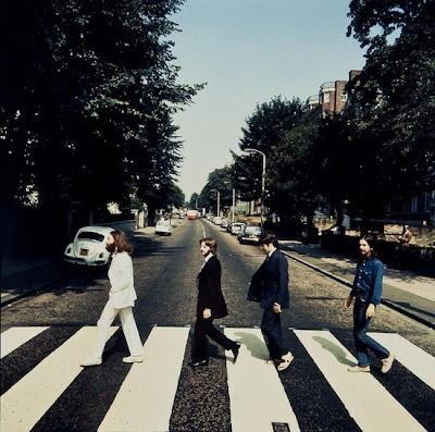 foto de beatles abbey road caminando al reves