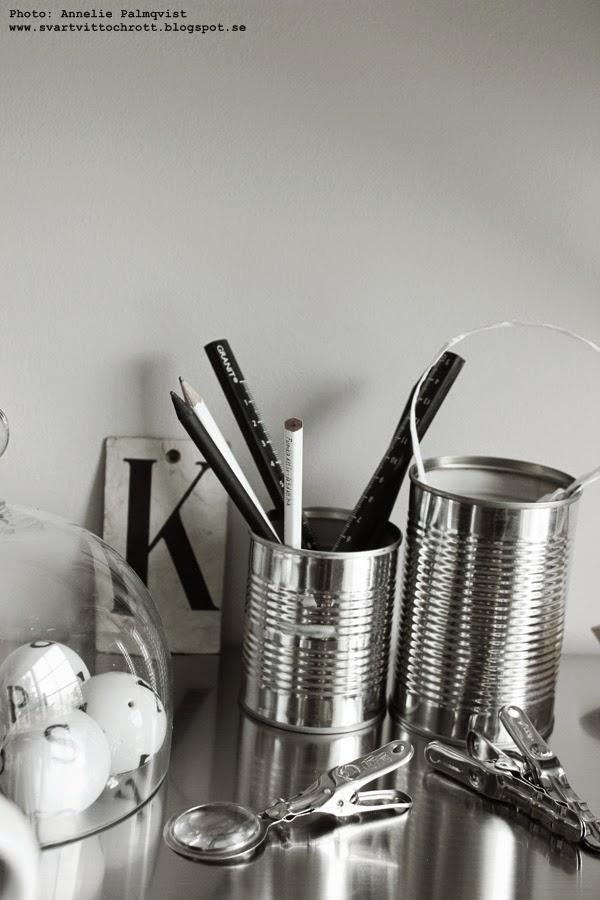 artilleriet, förstoringsglas, klämma, klämmor, klämmorna, silver, stål, glaskupa, porslinsbollar, kulor av porslin med bokstav, svart och vitt, på skrivbordet, inspiration