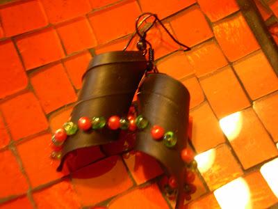 fülbevaló bicikli gumibelsőből piros zöld gyöngyökkel
