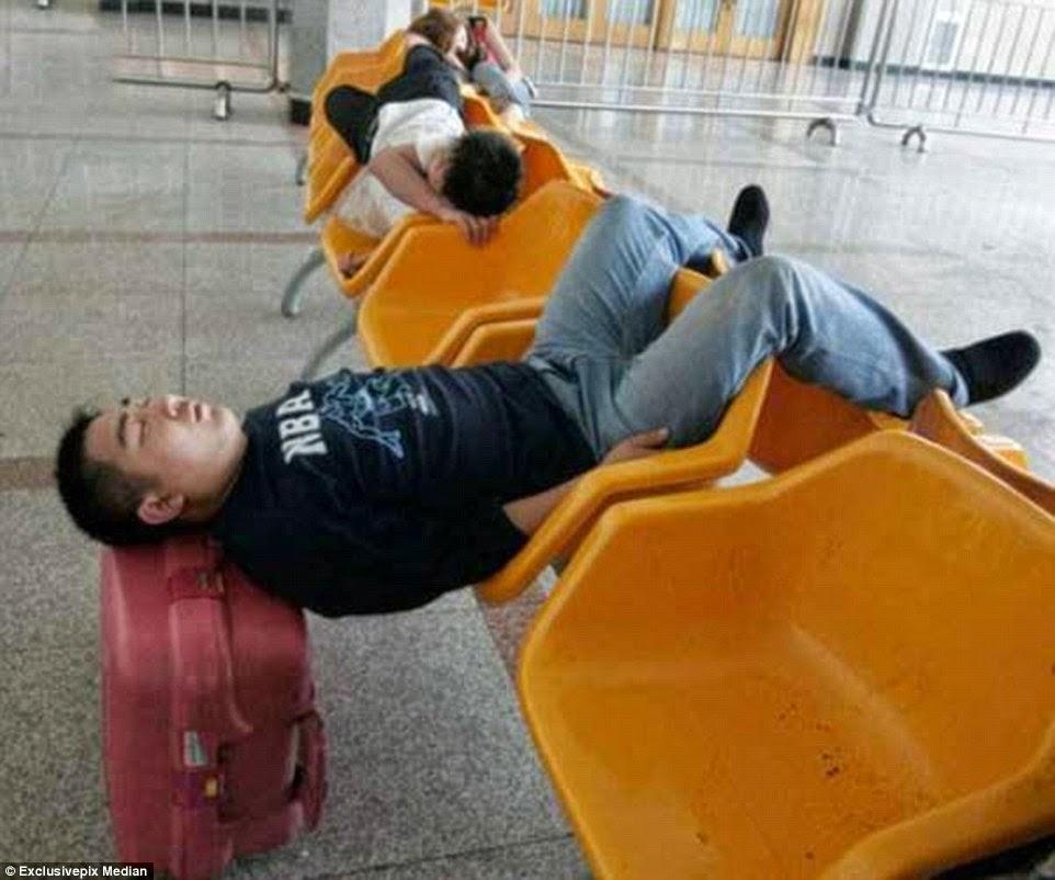 ينام جزء منه على الكرسي و الآخر على الحقيبة