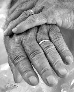 Homenaje a nuestros queridos ancianos. Ana felicita a sus suegros.
