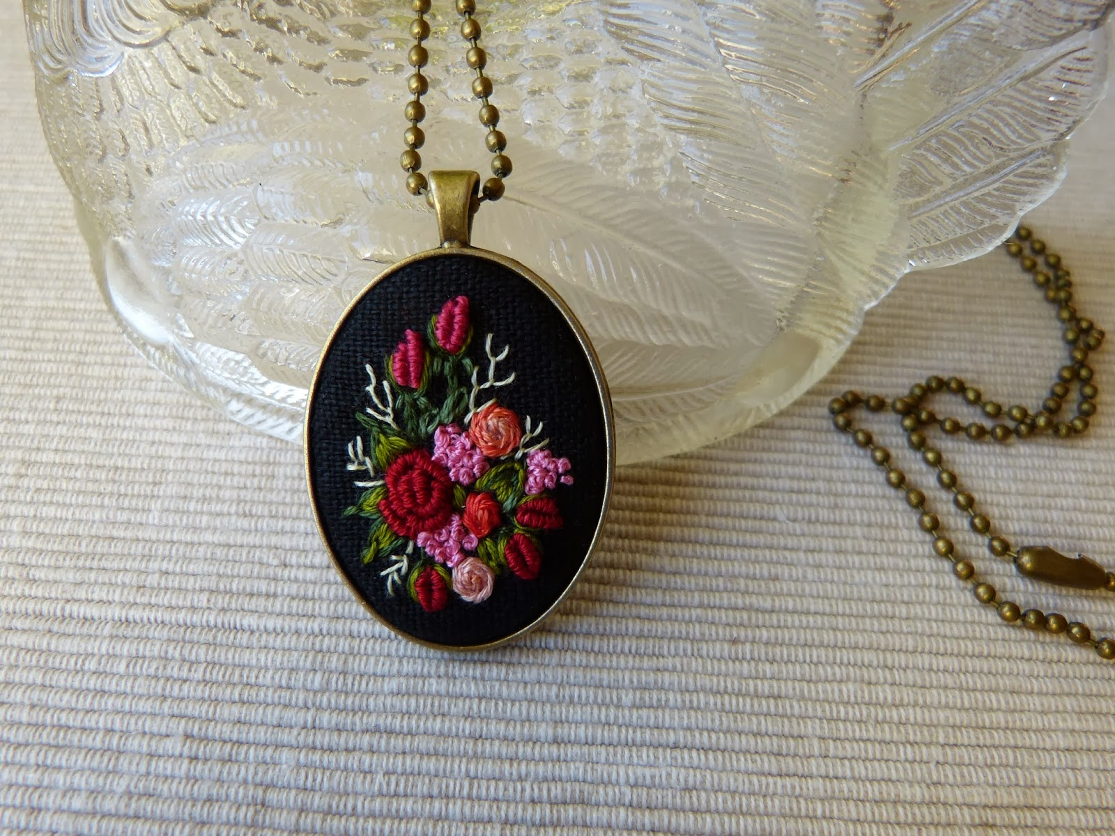 haft rococo, embroidered pendant, haftowane róże, haftowany naszyjnik, naszyjnik z haftem, embroidered jewerly, naszyjnik vintage, medalion z haftem, handmade jewerly, embroidered necklace