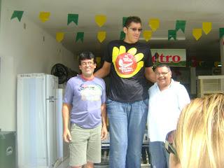 O Homem mais alto do Brasil e um dos mais altos de Nova Floresta