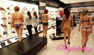 belanja+buka+baju+2 Astaga! Belanja Sambil Telanjang Dapet Voucher Gede..!