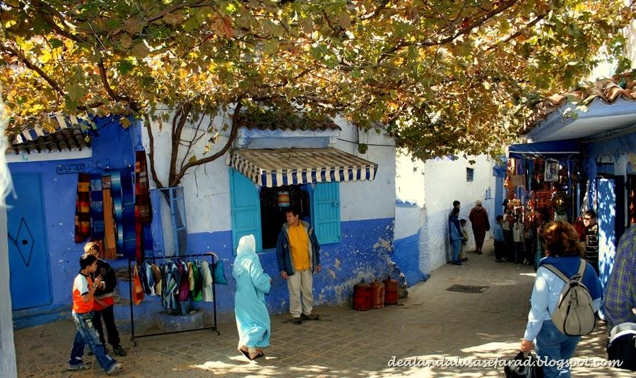 Con buen humor y varias bolsas llenas de artesanías, proseguimos nuestro deambular por el barrio de Suiqa. Pequeñas mezquitas con alminares andalusíes,
