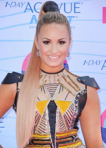 Ünlü Disney yıldızı Demi Lovato uzun saçları ile çıldırtırken saçalrının röfleli hali de göz kamaştırıcı bir hal alıyor