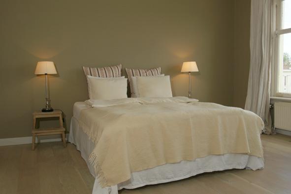 Vloerbedekking Slaapkamer Kleur : Op bed wit en off-white. Dubbele ...
