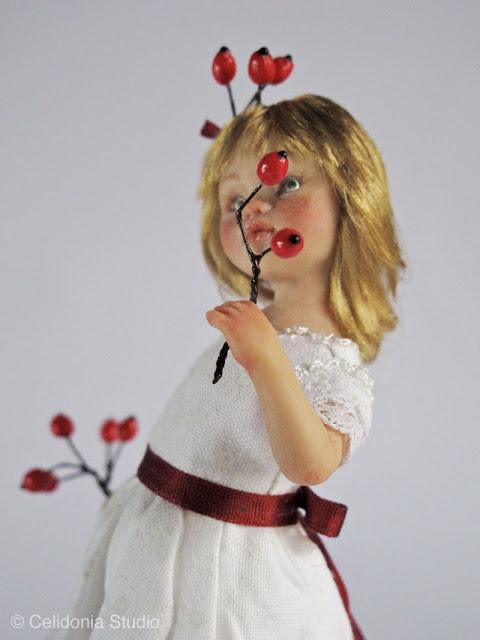 scultura in pasta sintetica, bimba con bacche rosse