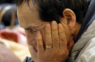 Japonés sufriendo tras el desastre del 11M.
