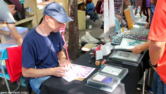 Extranjero vendiendo dibujos en el mercadillo de Hongdae