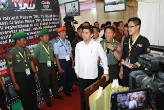 Stand Pameran Puspen TNI Dikunjungi Menteri PAN
