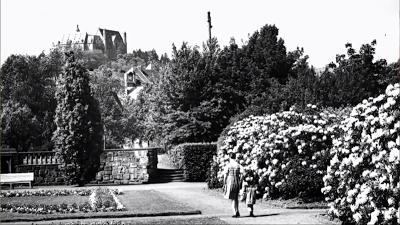 Das Marburger Schloss hoch oben über dem Schülerpark, alte Aufnahme.