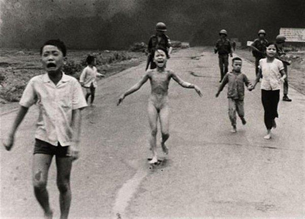 عجائب الدنيا وهل تعلم - تم تصويرها بواسطة نيك أوت، الذي فاز بجائزة بوليتزر لهذه الصورة. أخذت هذه الصورة أثناء الهجوم الفيتنامي الجنوبي خلال عام 1972. والفتاة التي تجري في اتجاه الكاميرا لا تزال على قيد الحياة.