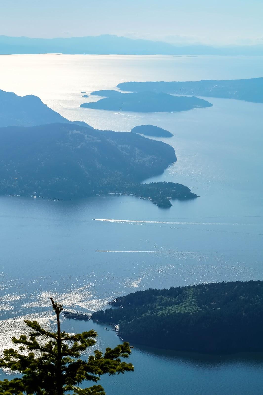 Снизу простирается залив до самых гор острова Ванкувер на горизонте