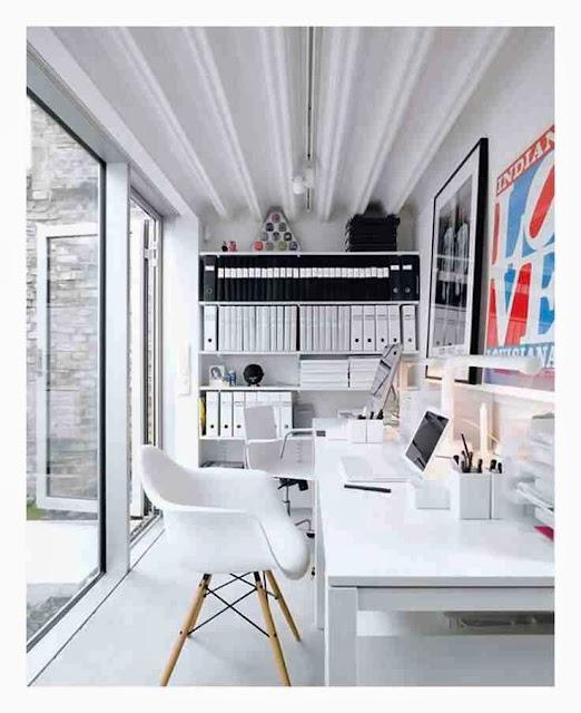 Białe krzesła Eames białe wnętrze domowego biura