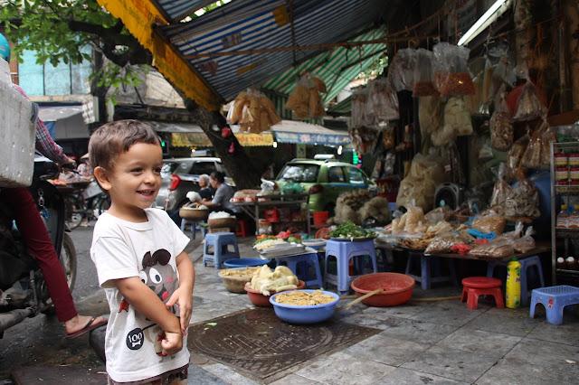 Old Quarter Hanoi com crianças