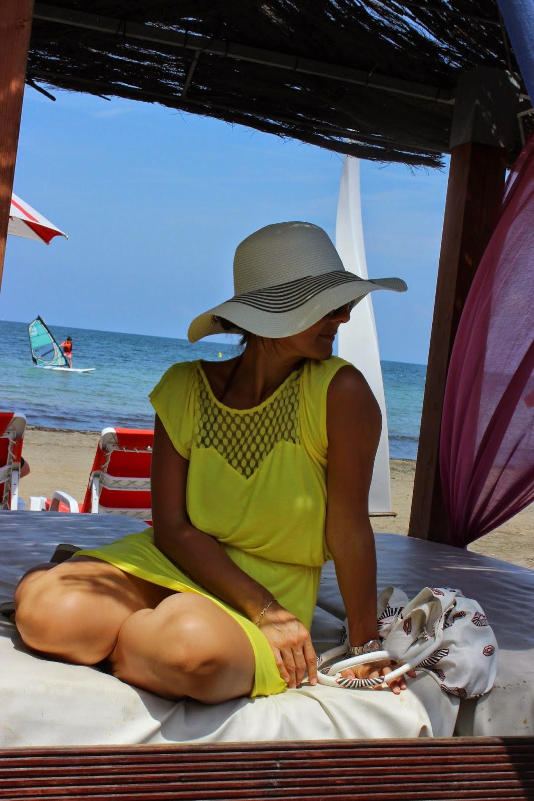 Robe kookai jaune, chapeau Primark, sac suncoo