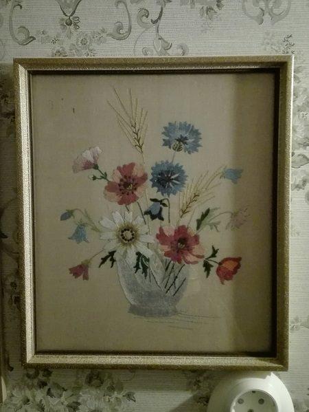 Kaunis, merkattu taulu sopii täydellisesti yläkerran kukka-aiheiseen vessaan.