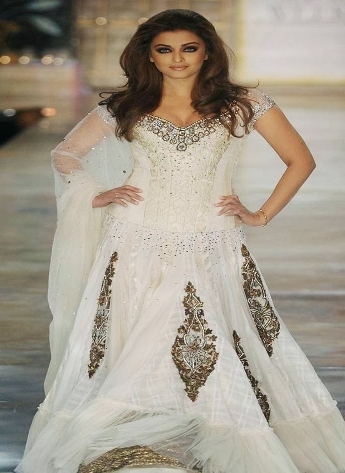 Aishwarya Rai looks sexy in choli on ramp hottest blouse pics