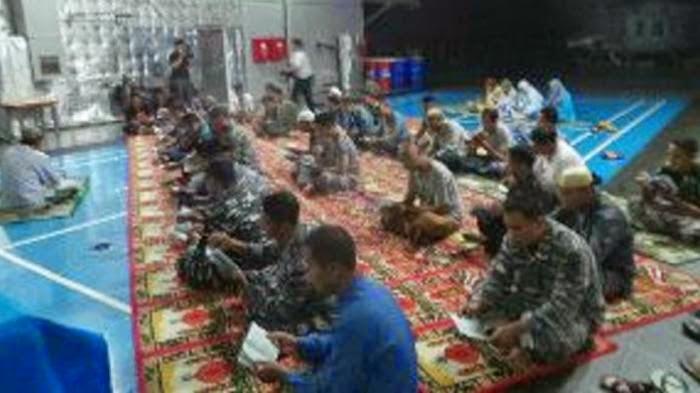 Subhanallah! Prajurit TNI dan Tim SAR Yasinan di Atas Kapal Perang