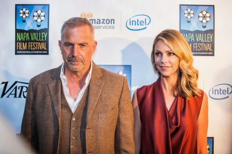 We know Kevin Costner is have everything and the world's of media had a special attention during his appearance at the Napa Valley Film Festival in St. Helena, CA, USA. But the 59-year-old only had eyes for her wife, Christine Baumgartner, 40, who dazzled us in a chocolate sleeveless dress.