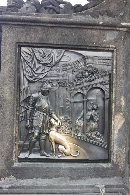Полюбившаяся  туристам собачка, Карлов мост, Прага, Чехия.