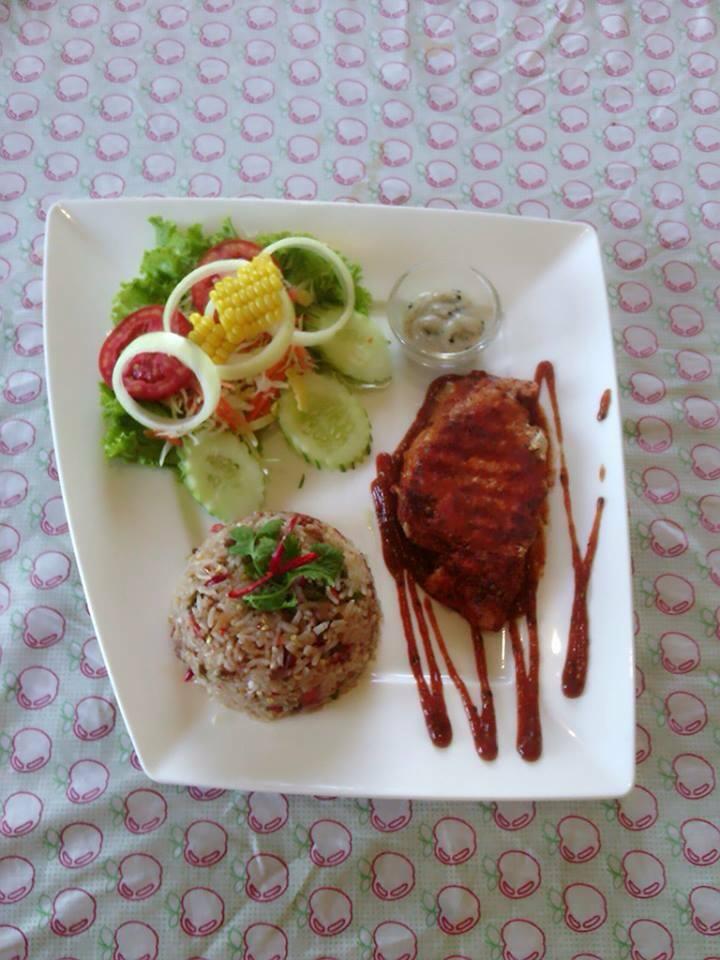 สเต็กหมูพริกไทยดำกับข้าวคลุกน้ำพริกลงเรือ