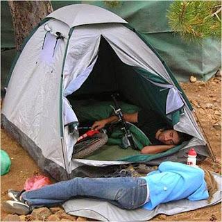 homem dorme com a bicicleta dentro da cabana e deixa mulher do lado de fora