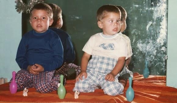 Niños sentados sobre una peinadora
