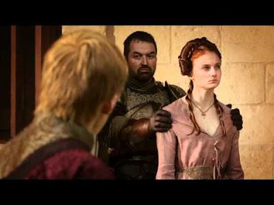Sansa es obligada a mirar la cabeza de su padre, Eddard Stark, ensartada en una pica
